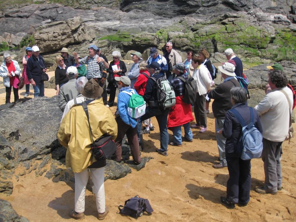 AVG. 2013.05.25. L'Île d'Yeu - Le groupe de l'AVG, très attentif aux explications de Hervé Diot