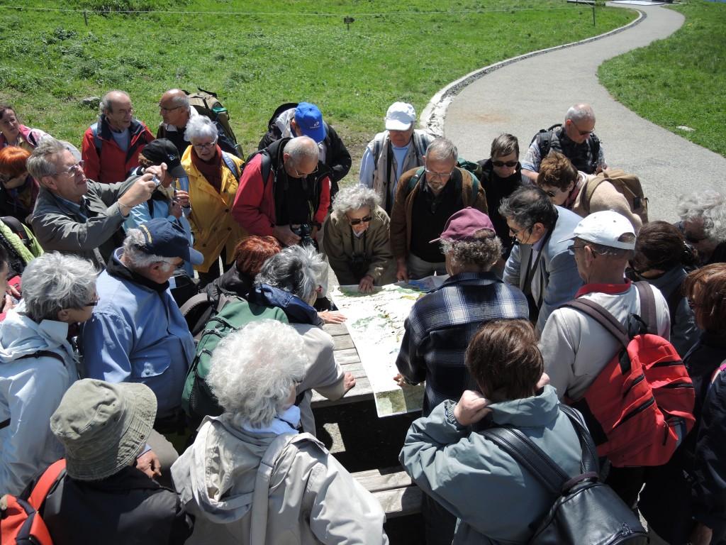 AVG. 2013.06.15. Sommet du Puy de Dôme - Gaston Godard commente la carte géologique de la Chaîne des Puys