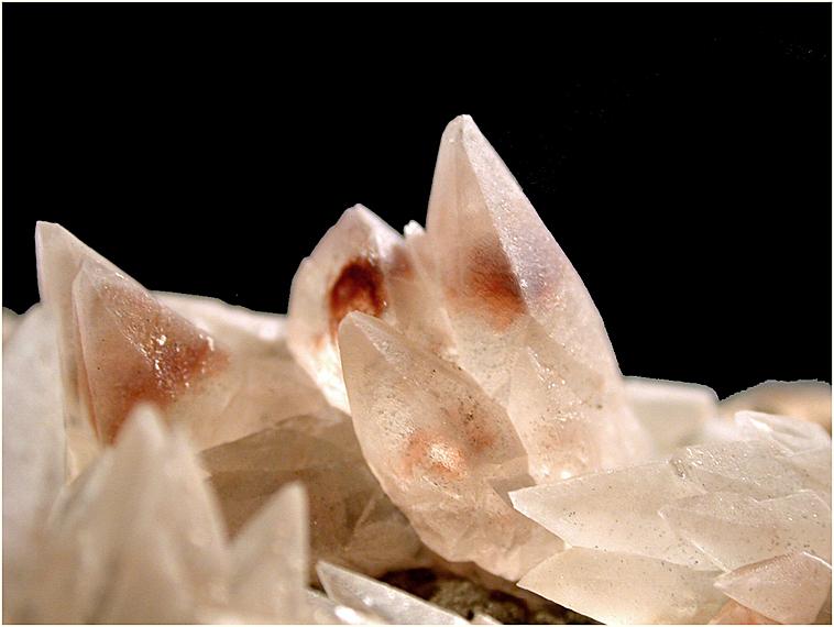 Calcite en scalénoèdres composés et translucides.2