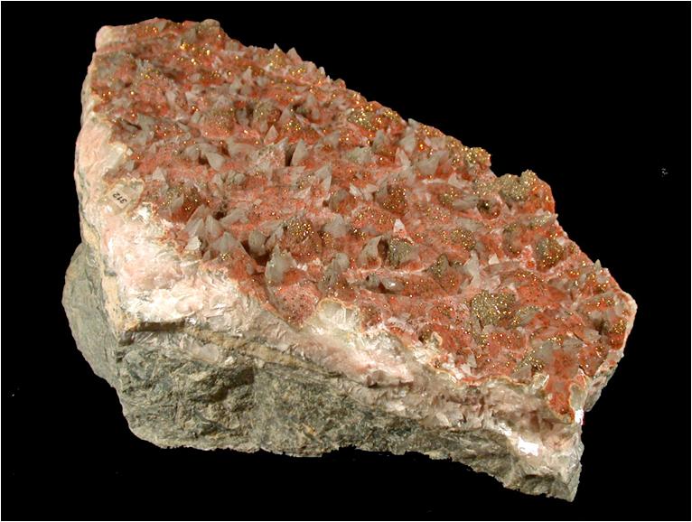 Chalcopyrite sur calcite rougeâtre