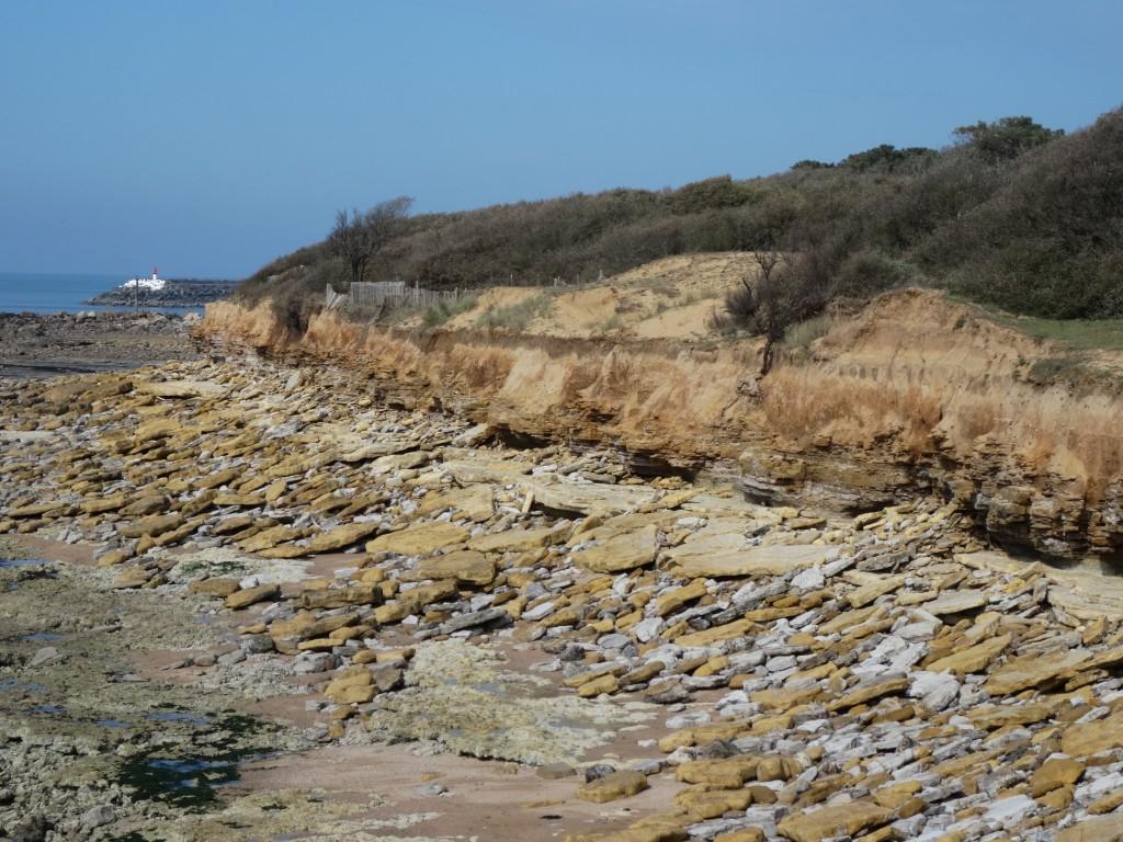Dalles de calcaire Nankin couchées sur le haut de l'estran