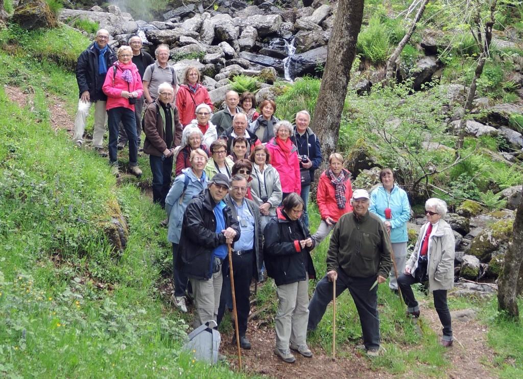 AVG. 2015.06.26. Sortie Cantal - Le groupe devant la cascade de Faillitoux.