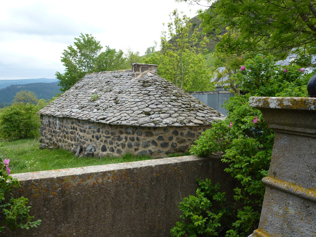 AVG. 2015.06.26. Sortie Cantal - Toit en lauzes basaltiques - Le Rocher de Chastel-sur-Murat