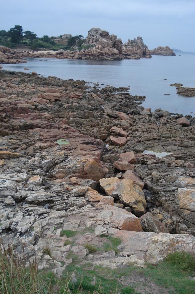 """AVG. 2012.09.09. Perros-Guirec - """"Chaos granitique"""" de Pors-Rolland alimenté par un filon de granite rose au premier plan"""