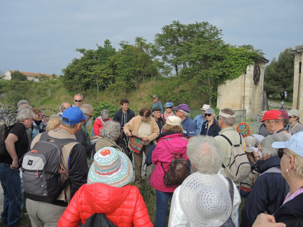AVG. 2016.06.05. Île d'Aix - Le groupe devant la Porte d'entrée du Bourg