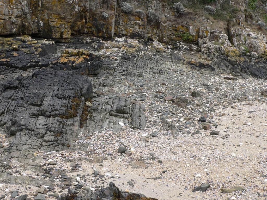 AVG. 2016.09.17. La Pointe de la Heussaye - Niveaux sédimentaires et volcaniques à pendage vertical